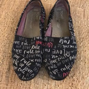 Toms let love rule black shoes 6.5  W GUC shoes